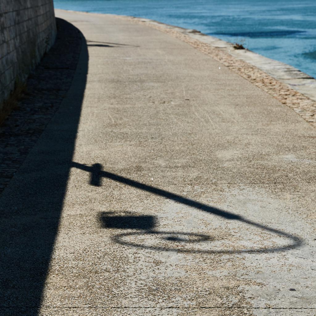 réverbère ombre bord du rhône Arles